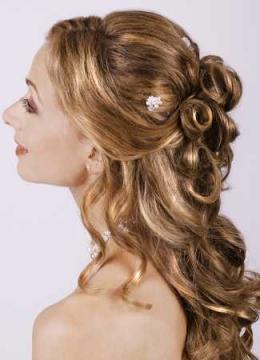 Для особо торжественных случаев - на свадьбу или юбилей больше подойдет шикарная прическа на длинных волосах.