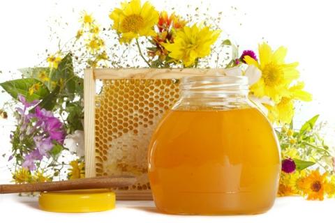 Мед с примесью сахара не имеет аромата, а его вкус близок к вкусу подслащенной водички.